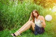 女孩在夏天公园 免版税库存照片