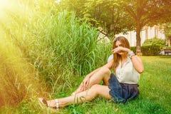 女孩在夏天公园 免版税图库摄影
