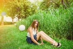 女孩在夏天公园 免版税库存图片
