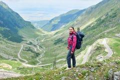 女孩在多数美丽的路背景站立在欧洲 库存图片