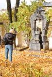 女孩在大墓地拍摄作曲家博罗金的纪念碑 库存图片