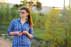 女孩在太阳镜和衬衣夏天 库存照片