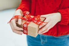 女孩在她的手上拿着圣诞节礼物 图库摄影