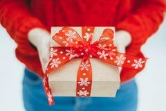 女孩在她的手上拿着圣诞节礼物 库存图片