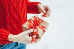 女孩在她的手上拿着圣诞节礼物 免版税库存图片