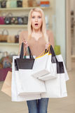 女孩在她的手上拿着购物袋 库存图片