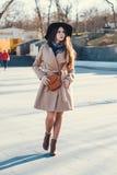 女孩在她的时尚外套走 免版税库存图片