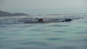 女孩在室外水池股票英尺长度录影游泳 股票录像