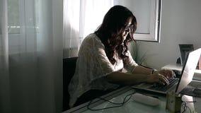 女孩在家与计算机一起使用 股票视频