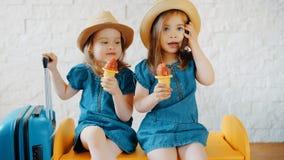 女孩在家吃冰淇凌,当等待假期时 库存图片