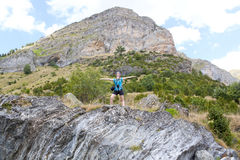 女孩在山的上流的感觉自由 库存照片