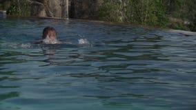 女孩在山股票英尺长度录影上面的水池游泳 影视素材