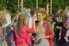女孩在市切博克萨雷抹他们的在颜色Holi海湾节日的面孔,楚瓦什人共和国,俄罗斯 06/01/2016 免版税库存照片