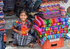 女孩在市场上在安提瓜岛,危地马拉。 免版税图库摄影
