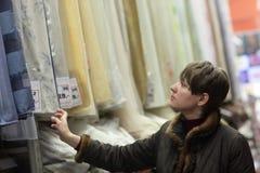 女孩在布商店 免版税库存照片
