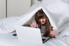 女孩在床上休息 免版税库存图片