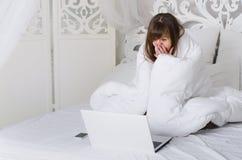 女孩在床上休息 免版税库存照片