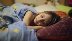 女孩在床上在去前睡 影视素材