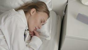 女孩在床上睡觉 股票录像