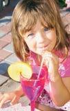 女孩在度假在一个明亮的晴天 免版税图库摄影