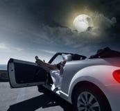 女孩在度假在一辆白色汽车的 免版税库存图片