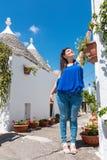 女孩在度假在阿尔贝罗贝洛 免版税库存照片