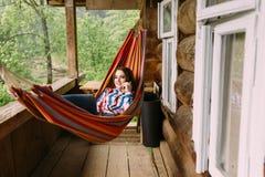 女孩在度假谈话在电话 免版税图库摄影