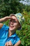 女孩在庭院里用在牙的莓果 免版税库存图片
