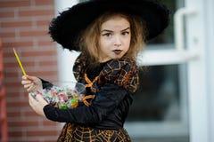 女孩在恼怒的巫师的衣服打扮 库存照片