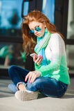女孩在您的电话的读的SMS秋天画象  库存图片