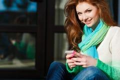 女孩在您的电话的读的SMS秋天画象  库存照片