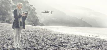 女孩在意大利海岸的飞行寄生虫 免版税库存照片