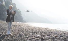 女孩在意大利海岸的飞行寄生虫 图库摄影