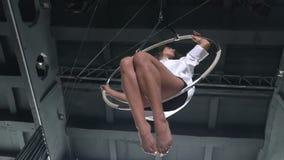 女孩在慢动作的空中箍摇摆 影视素材