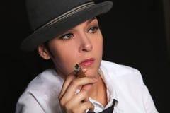 女孩在手指保留雪茄 图库摄影