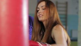 女孩在拳击大厅里 影视素材