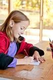 女孩在教室,侧视图 免版税库存照片
