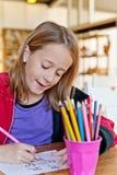 女孩在教室,看下来 免版税库存图片