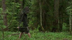 女孩在斗篷的森林赤足走 股票视频