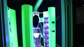 女孩在日光浴室晒黑 股票视频