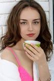 女孩在早晨和饮料咖啡醒了 免版税库存图片