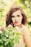 女孩在春天公园 花的时装模特儿妇女 免版税库存图片