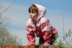 女孩在春天在街道上的 库存图片
