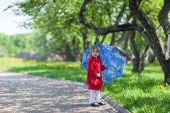 女孩在春天庭院里 图库摄影