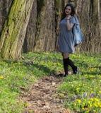 女孩在春天森林里 库存照片
