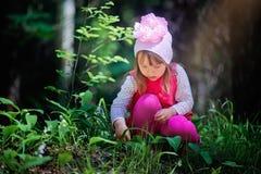 女孩在春天森林里 图库摄影