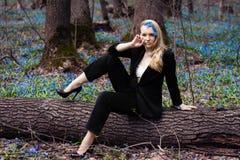女孩在春天森林, 免版税库存图片