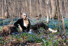 女孩在春天森林 库存图片