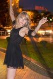 女孩在晚上跳舞 库存照片