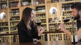 女孩在有一个杯子的一家餐馆热的咖啡,享受咖啡芳香和味道,当放松在咖啡店时 影视素材